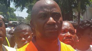 En sit-in devant la primature, les balayeurs de Kinshasa accusent le premier ministre de bloquer leurs salaires.