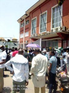 Confinement de la Gombe : Une foule devant l'hôtel de ville de Kinshasa pour le retrait des badges.